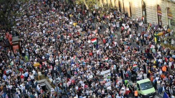 Des dizaines de milliers de Hongrois manifestent contre la réélection d'Orban