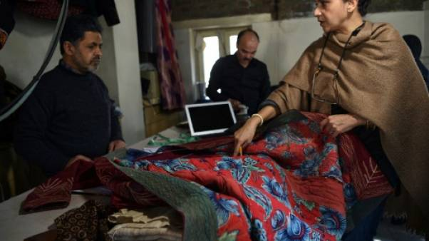 En Afghanistan, soies et broderies locales contre burqas chinoises