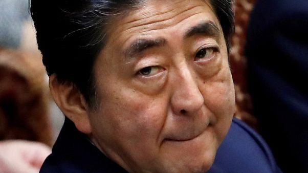 استطلاع: تراجع شعبية رئيس الوزراء الياباني بعد فضيحة محسوبية وتستر