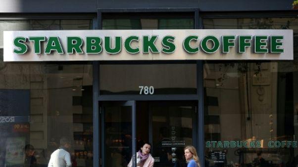 Le patron de Starbucks s'excuse après l'arrestation de deux Noirs dans un café