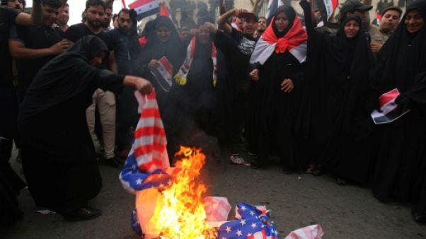 Protestations et drapeaux américains brûlés en Irak après les frappes en Syrie