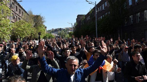 الآلاف يحتجون في أرمينيا على ترشيح سركسيان لرئاسة الوزراء وإصابة البعض