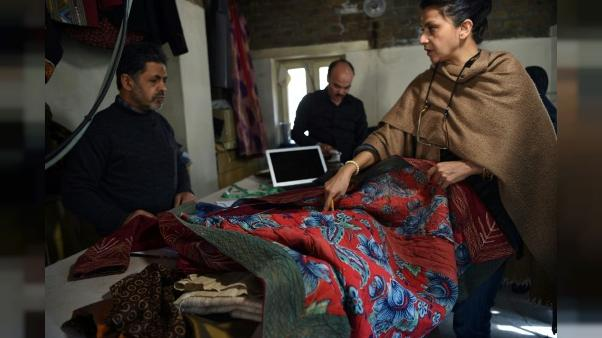 En Afghanistan, broderies locales contre burqas chinoises