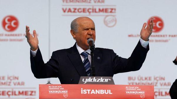 حزب العدالة والتنمية الحاكم في تركيا يدرس دعوة لانتخابات مبكرة