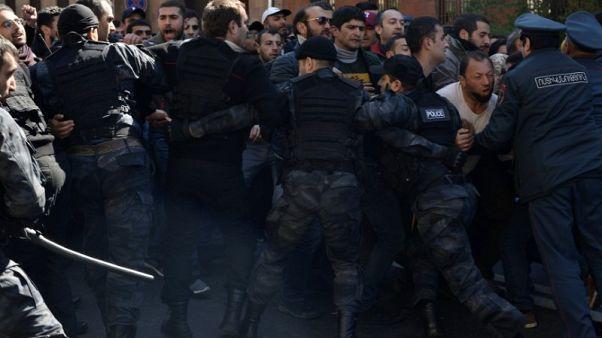 آلاف يحتجون بأرمينيا بعد موافقة البرلمان على تولي سركسيان رئاسة الوزراء