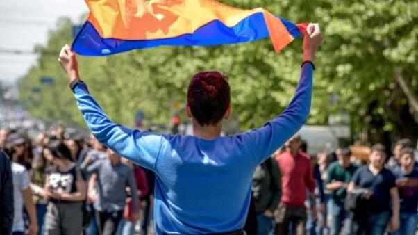 Arménie: au moins 16.000 personnes manifestent contre Sarkissian
