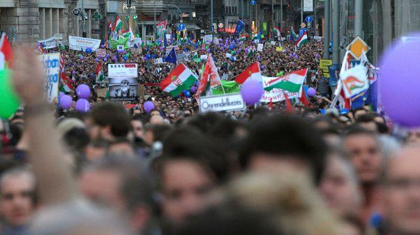 عشرات الآلاف في المجر يحتجون ضد حكم أوربان
