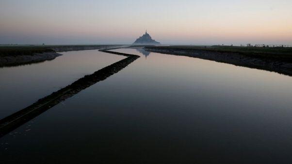 إعادة فتح جزيرة مون سان ميشيل الفرنسية بعد تهديد أمني