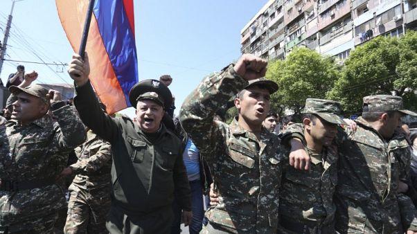 مجموعة من الجنود تنضم لاحتجاجات مناهضة للحكومة في أرمينيا