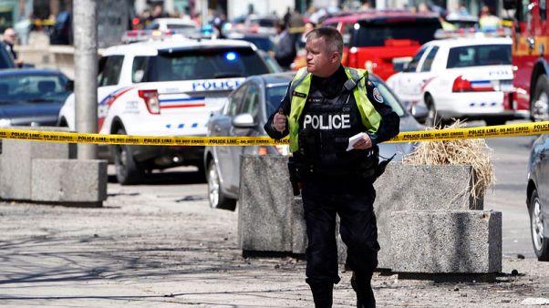 شاهد من رويترز: سيارة فان تصعد فوق الرصيف وتقتل اثنين على الأقل في تورونتو