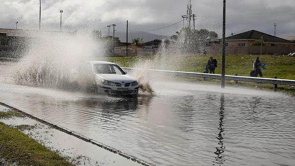 أمطار غزيرة تهطل على كيب تاون التي تعاني من الجفاف
