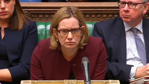 وزيرة الداخلية البريطانية تقاوم مطالبات باستقالتها