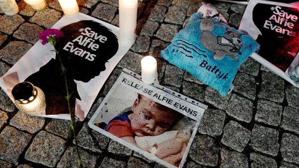 وفاة الرضيع البريطاني المريض ألفي إيفانز بعد جدل حول جدوى علاجه