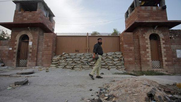 باكستان تنقل طبيبا مسجونا ساعد في تعقب بن لادن وأمريكا تدعو لضمان سلامته