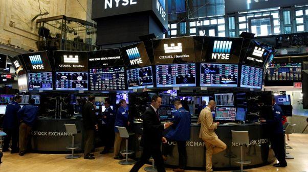وول ستريت تفتح منخفضة مع استمرار المخاوف بشأن التجارة والتضخم