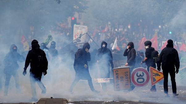 قوات الأمن الفرنسية تطلق الغاز المسيل للدموع لتفريق فوضويين في مسيرة يوم العمال