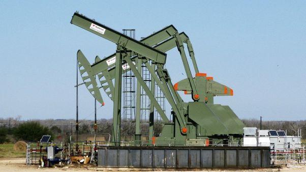 النفط يهبط مع ارتفاع الدولار لكن مخاوف إيران تحد من الخسائر