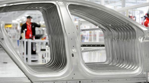 طلبيات المصانع الأمريكية ترتفع، لكن إنفاق الشركات على المعدات يتباطأ