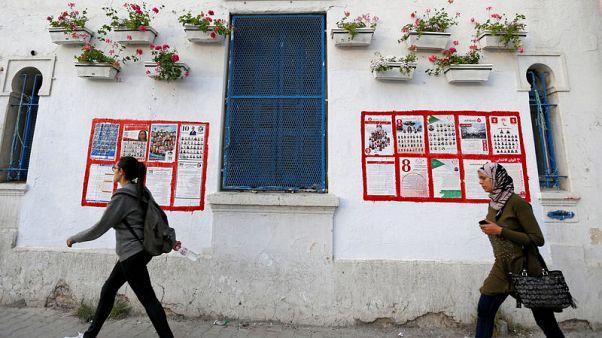 التونسيون يصوتون في أول انتخابات بلدية حرة وسط مصاعب اقتصادية