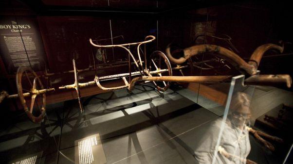 وصول آخر عجلات الملك توت عنخ آمون إلى المتحف المصري الكبير