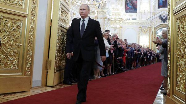 بوتين يبدأ ولاية جديدة ويحتفظ بميدفيديف رئيسا للوزراء