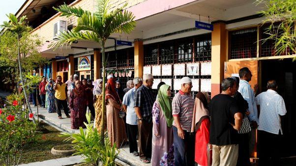 الماليزيون يصوتون في أصعب انتخابات على الائتلاف الحاكم