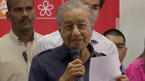 مهاتير يعين وزراء للمالية والداخلية والدفاع في ماليزيا