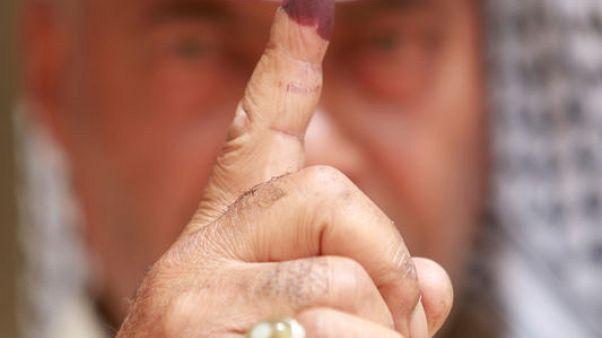 العراقيون يدلون بأصواتهم والعبادي يسعى لهزيمة منافسين مدعومين من إيران