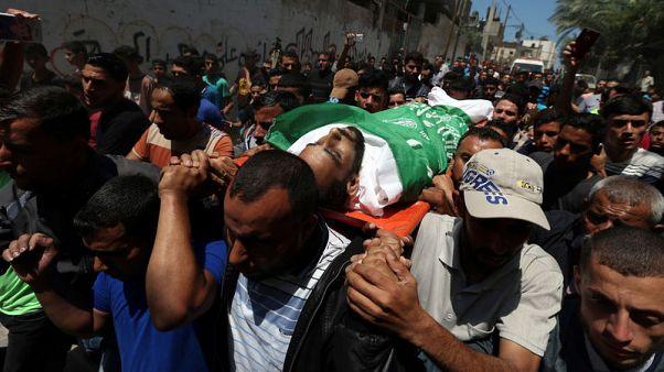 إسرائيل تقتل فلسطينيين اثنين قرب الحدود وغزة تدفن قتلاها