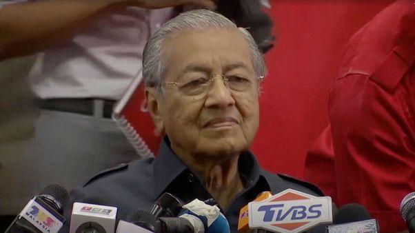 السياسي الماليزي أنور إبراهيم ينال حريته ويلتقي مهاتير محمد