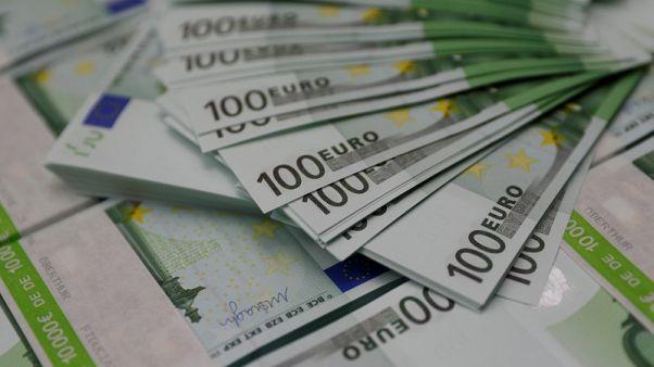 اليورو ينخفض بفعل المخاطر السياسية في إيطاليا وعوائد السندات