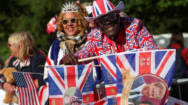 محبو الأسرة المالكة في بريطانيا في سعادة غامرة بقرب الزفاف الملكي