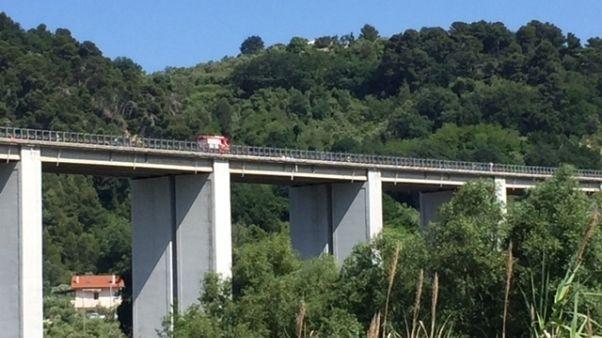 Lancia bimba da ponte, minaccia suicidio
