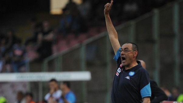 Napoli: Sarri, saluti e inchino a tifosi