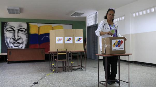 مادورو يتجه للفوز في انتخابات فنزويلا وسط إقبال فاتر