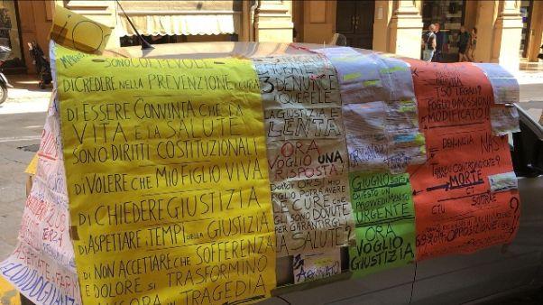 Madre protesta davanti Tribunale Bologna