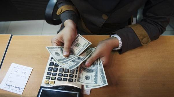 إيران تخفض قيمة الريال للمرة الأولى منذ شن حملة على سوق الصرف الحرة