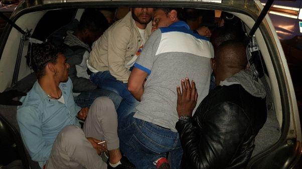 In auto con 11 stranieri, arrestato