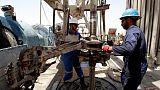 النفط ينخفض بعد مسيرة صعود وأوبك ربما تخفف القيود على الإمدادات