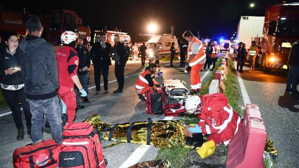 Treno urta Tir: morti sono 2, feriti 18