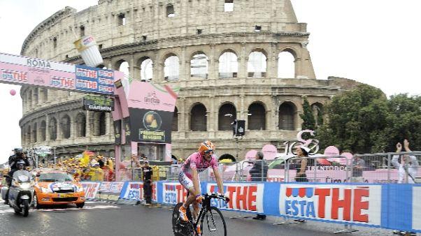 Il Giro a Roma tra buche e proteste