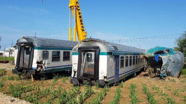 Treno contro tir, rimossi i vagoni