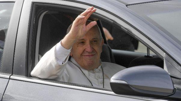 Papa visita scuola in periferia a Roma