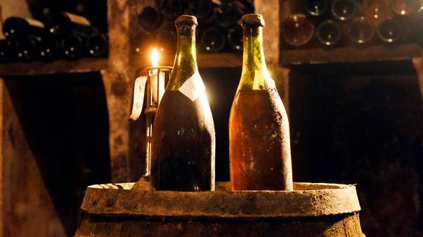 ثلاث زجاجات من النبيذ من عام 1774 تعرض للبيع في مزاد بفرنسا