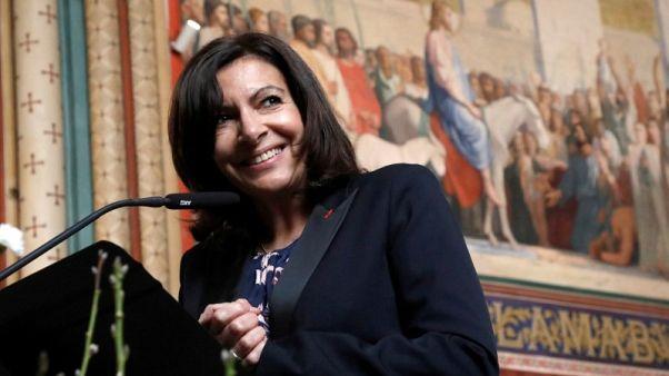 """رئيسة بلدية باريس تشيد """"ببطل"""" من مالي لتسلقه بناية لإنقاذ طفل"""
