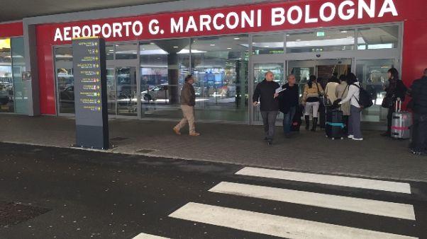 Partorisce all'aeroporto di Bologna