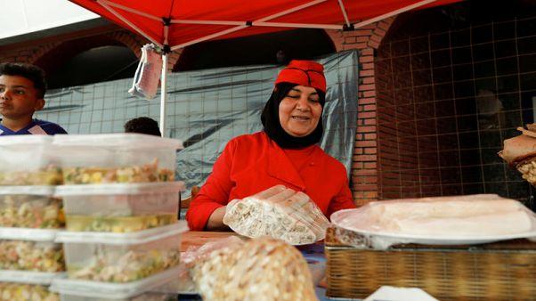 صاحبة مطعم بالجزائر تكسب رزقها من عمل يهيمن عليه الرجال