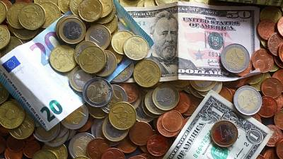 Goldman Sachs cuts euro/dollar forecasts, citing Italian instability
