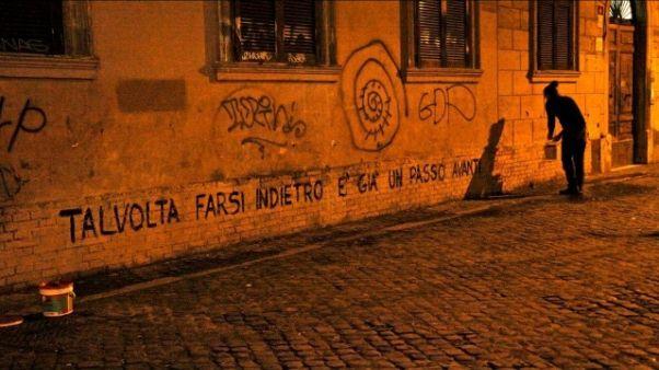 Scrive poesie sui muri a Milano,imputato