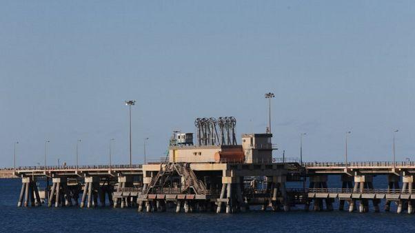 اشتباكات توقف تحميل النفط في مينائي السدر ورأس لانوف بليبيا